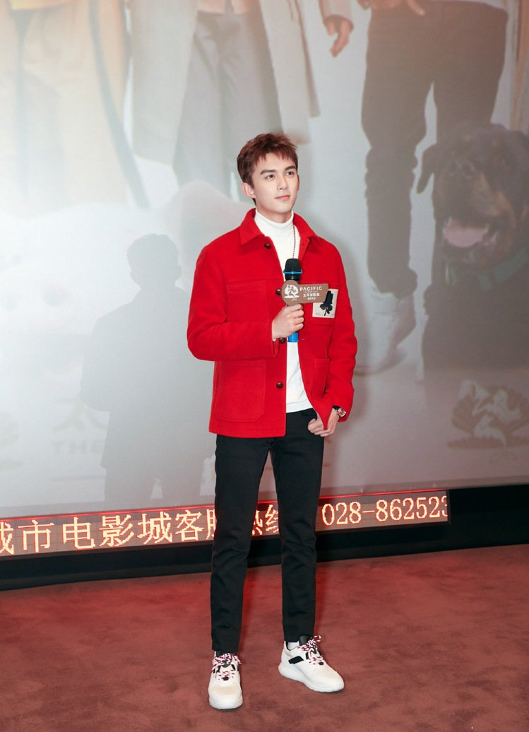 大陸男星吳磊以Kent & Curwen紅色休閒外套搭配白色高領毛衣出席...