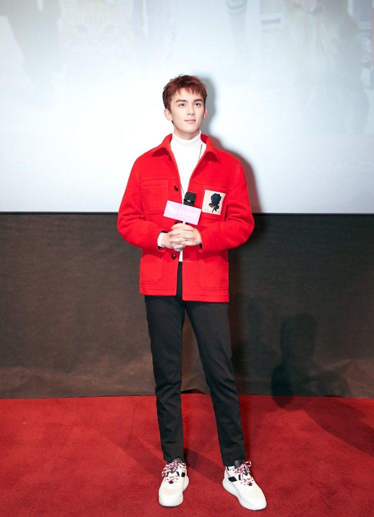 大陸男星吳磊以Kent & Curwen紅色休閒外套搭配白色高領毛衣出席活動,造...
