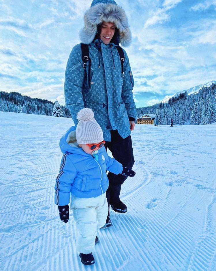 Chiara兒子Leone穿著MONCLER,和身穿路易威登(LOUIS VUI...