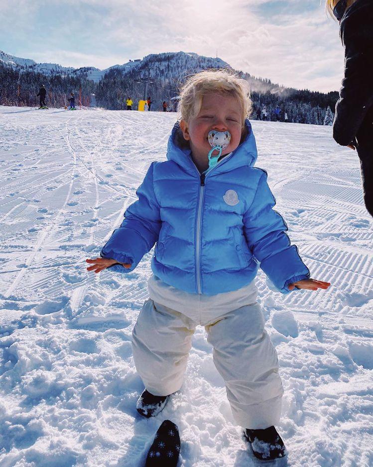 Chiara兒子Leone穿著MONCLER在雪地玩耍。圖/取自IG