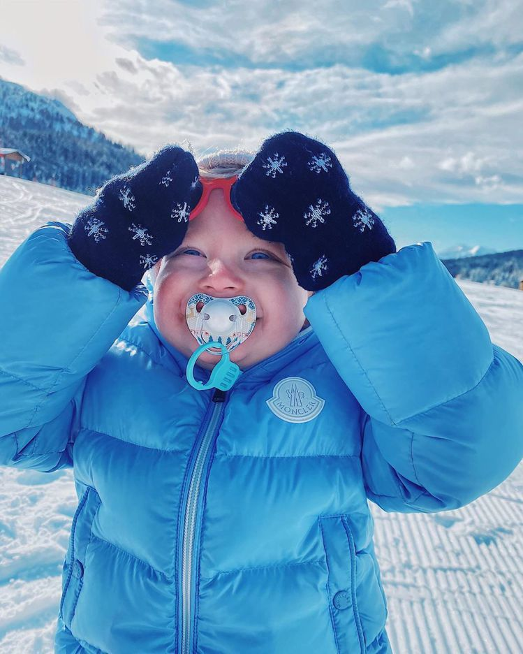 Chiara兒子Leone穿著MONCLER還咬著奶嘴,身穿MONCLER在雪地...