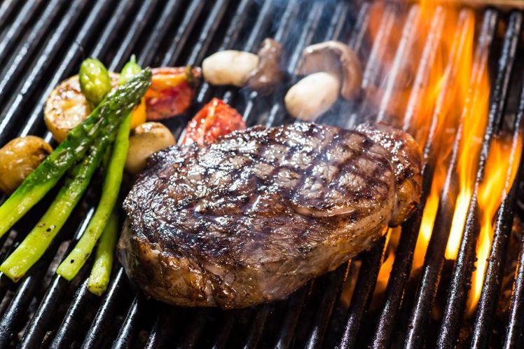以直火炙烤牛排的實況,傳遞最真實直接的道地美味。圖/台北晶華酒店提供