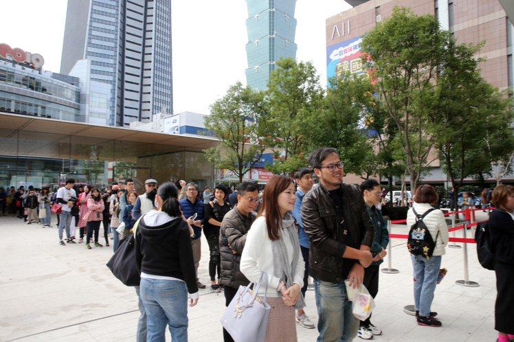 遠百信義A13試營運首日雖非假日,但開店前門外已有近千人排隊。記者徐兆玄/攝影