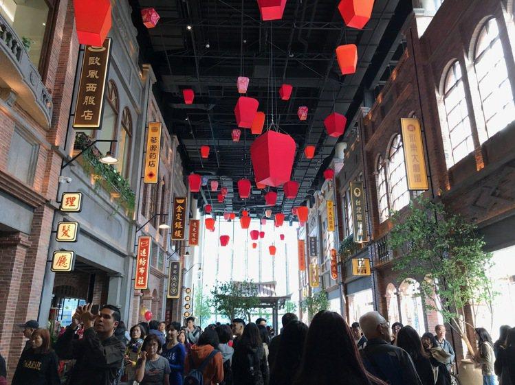 遠百信義A13四樓「台灣老街」成為全館最熱鬧的打卡亮點。記者江佩君/攝影