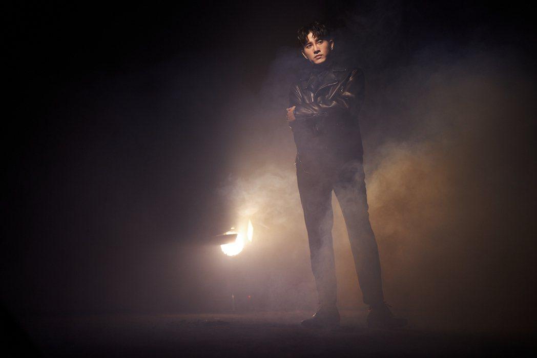 張立昂在廢棄工廠拍攝新歌「說說話」MV,因現場灰塵導致過敏,仍忍住身體不適完成工...
