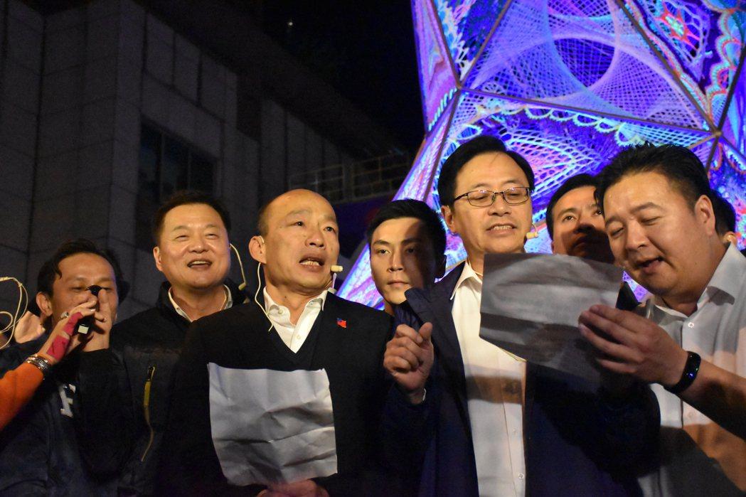 國民黨總統候選人韓國瑜(右三)、副總統候選人張善政(右二)今天晚上到板橋車站參加...