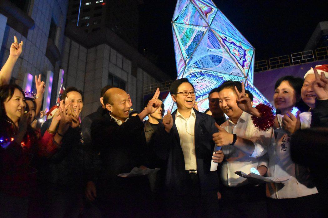 歌曲合唱快結束時,韓國瑜對著周圍的人比出「2號」的手勢。記者江婉儀/攝影