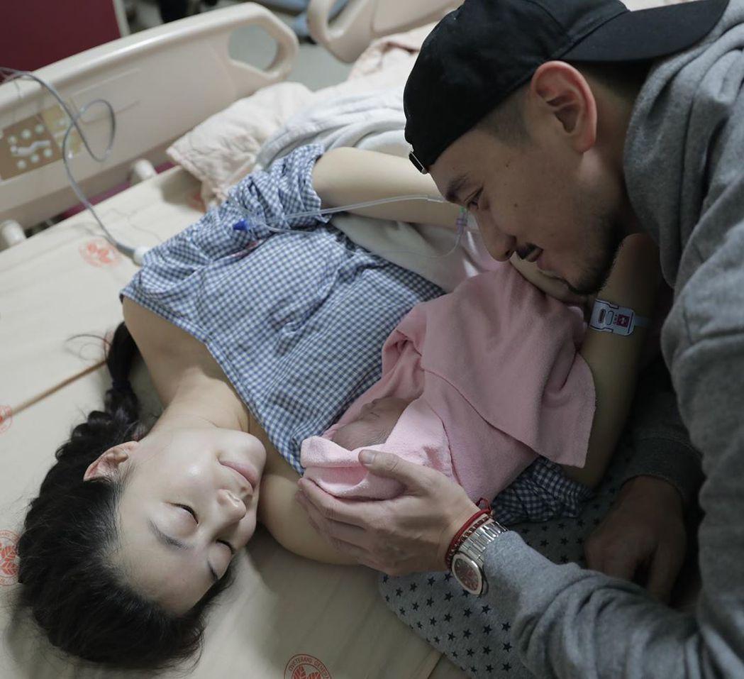 王陽明與蔡詩芸開心當爸媽。圖/摘自Instagram