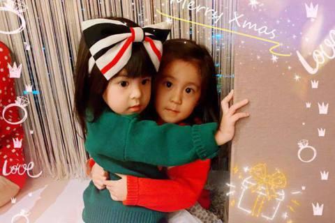 賈靜雯在耶誕節分享一家人過節全家福,並說:「忙忙碌碌的我們,陪著孩子們變回小時候⋯」她與前夫孫志浩所生的大女兒「梧桐妹(Angel)」也回台和媽媽團聚,過去賈靜雯PO出梧桐妹的照片時,都必須把眼睛或...
