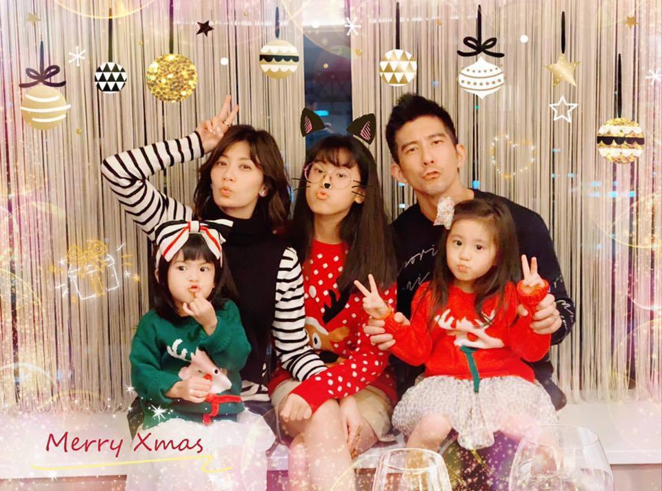 賈靜雯曝光一家五口齊過耶誕照片。圖/摘自臉書