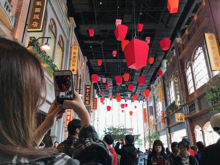 拿起手機拍照,是民眾走進A13四樓台灣老街最常見的動作。記者江佩君/攝影