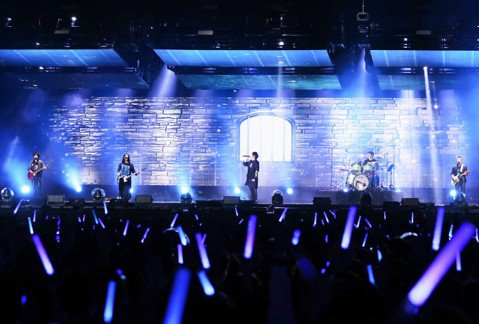 """五月天「Mayday Just Rock It!!!""""藍 BLUE""""」演唱會上周末起跑,今晚第4場天氣不錯,怪獸說:「戶外演唱會就怕下雨!」聽到關鍵字「下雨」,團員全部發出驚呼,讓他直解釋是「嚇一跳..."""