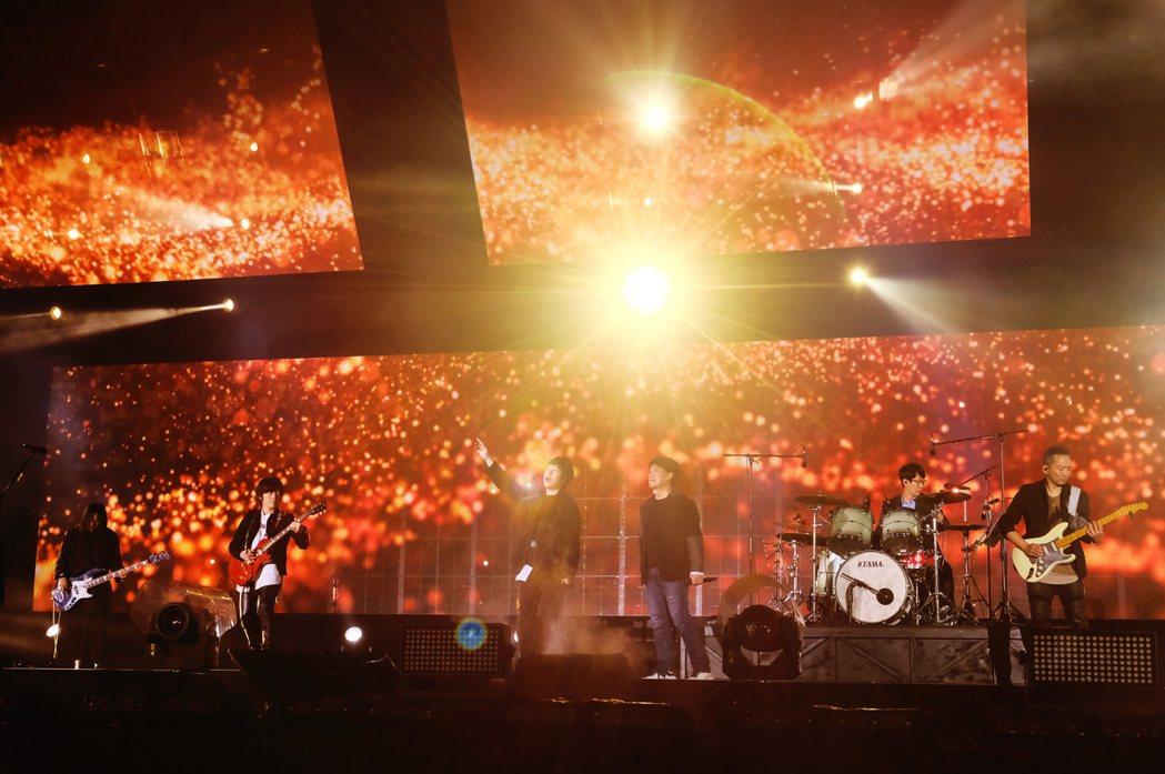 五月天跟周華健(右三)合唱「朋友」,讓全場變成大型KTV。圖/相信提供