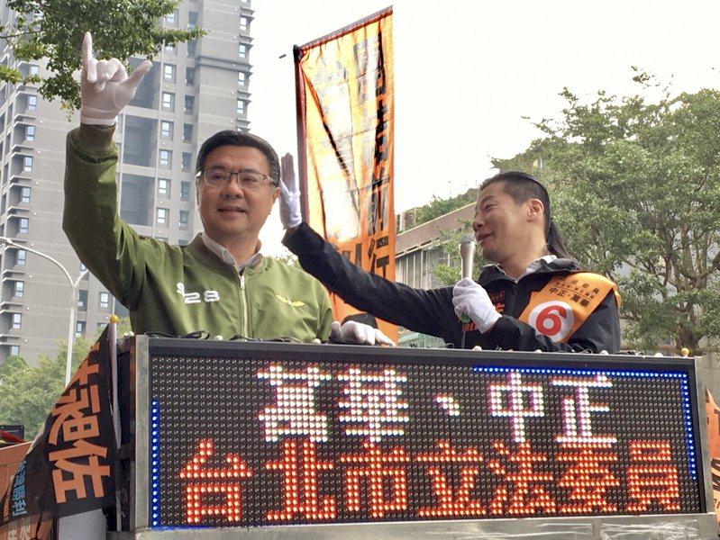 卓榮泰赴台北萬華,陪同林昶佐車隊掃街。記者郭頤/攝影