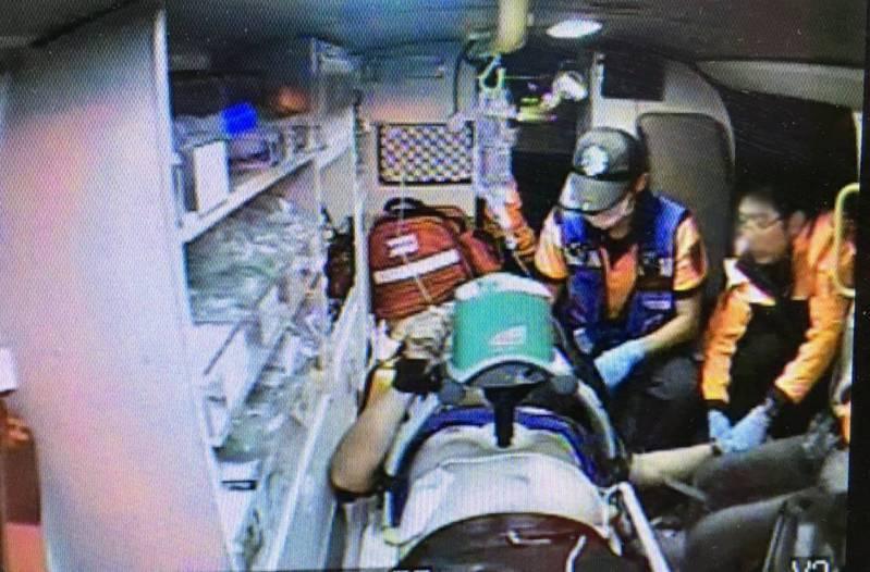 台南鹽水工廠船工安意外,一名男性員工觸電命危搶救中。圖/台南市消防局提供