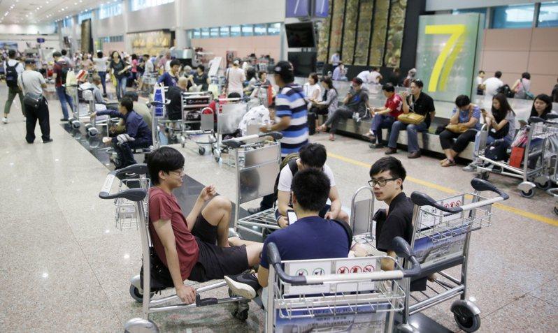 區塊鏈技術廣泛運用,包括產險公司提供班機延誤主動理賠,圖為旅客在機場等候。圖/聯合報系資料照片