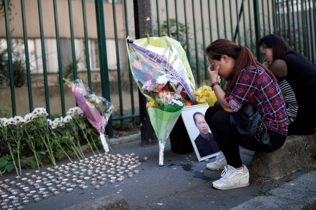 華裔設計師張朝林2016年在巴黎遭暴力搶劫致死,其家人在案發地點附近悼念。 (美...