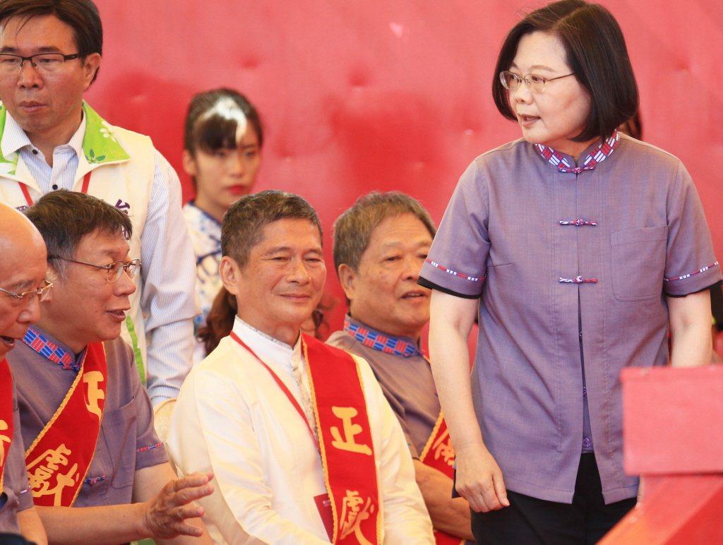 今年十月蔡英文總統(右)與台北市長柯文哲(左)出席台北客家義民嘉年華,兩人比鄰而...