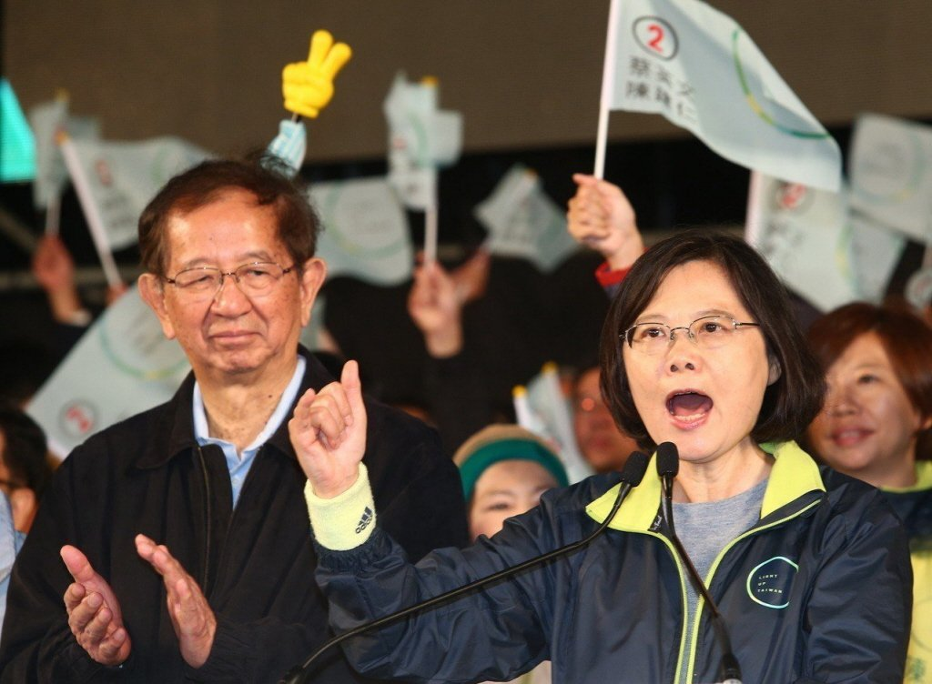 中研院前院長李遠哲(左)曾在2016年總統大選關鍵時刻替蔡英文總統助選,2020...