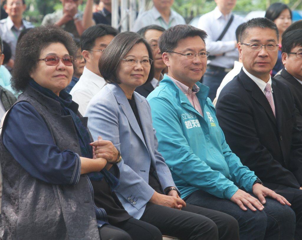 蔡英文總統(左二)與總統府秘書長陳菊(左一)上月參加柴山國家自然公園啟用典禮。圖...