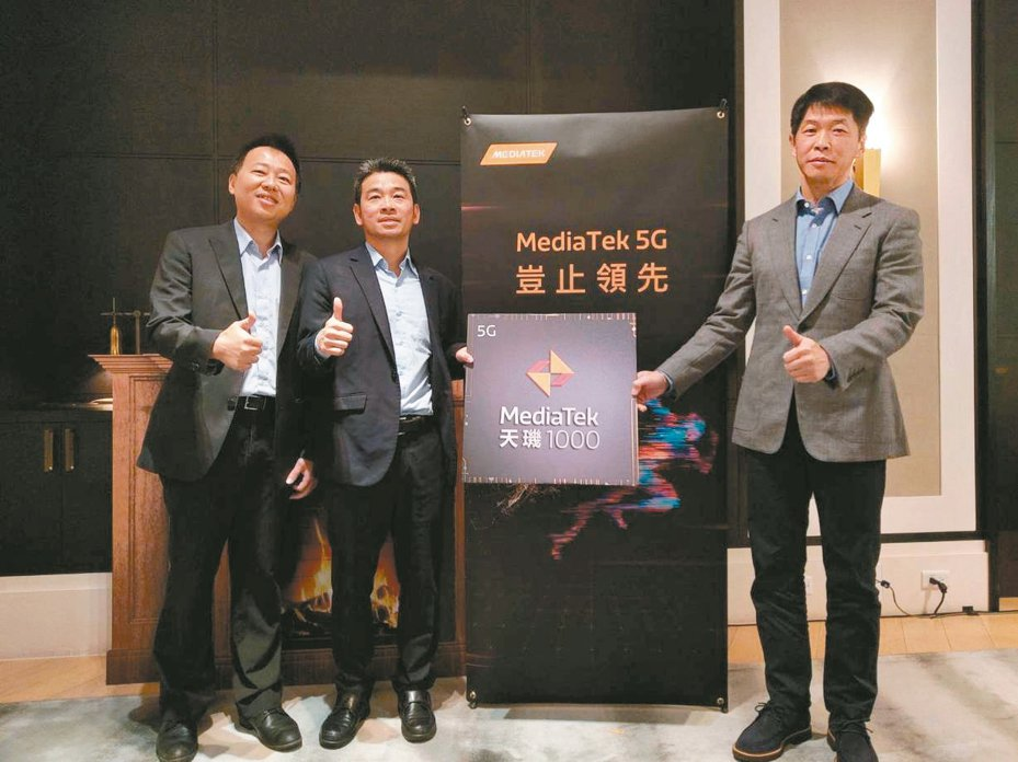 聯發科在推出5G首顆旗艦級系統單晶片天璣1000之後,再推出中階的天璣800晶片,圖中為該公司無線通訊事業部總經理李宗霖(左二)與財務長顧大為(右一)。 記者鐘惠玲╱攝影