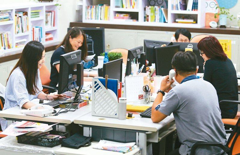 台灣勞工工作忙碌,想要再加強訓練,常常找不到合適的地點,若是企業願意自辦訓練,對勞工及雇主都是好處。企業想要為員工辦訓,卻苦於沒有經費、沒有時間嗎? 圖/聯合報系資料照片