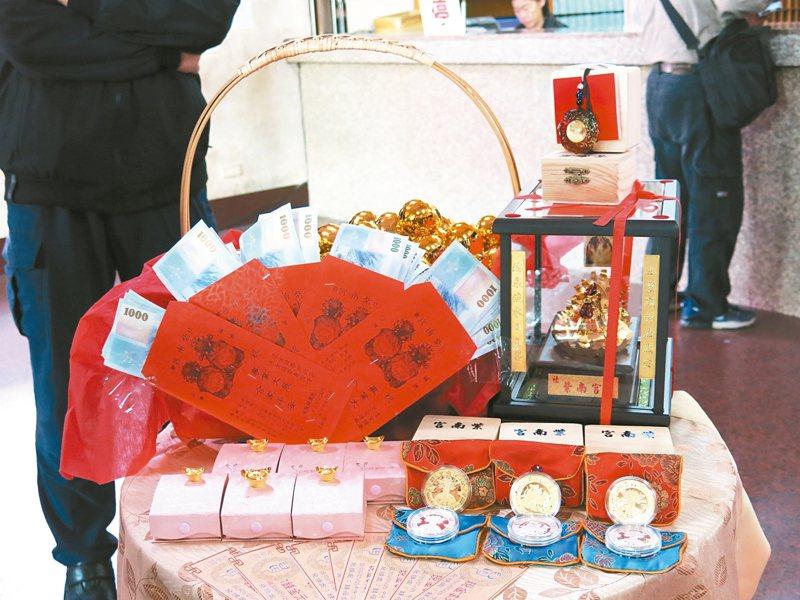 竹山紫南宮鼠年錢母大改版,使用兩隻庚子鼠各抱如意和元寶,環抱鑲有福字的大葫蘆。 記者黑中亮/攝影