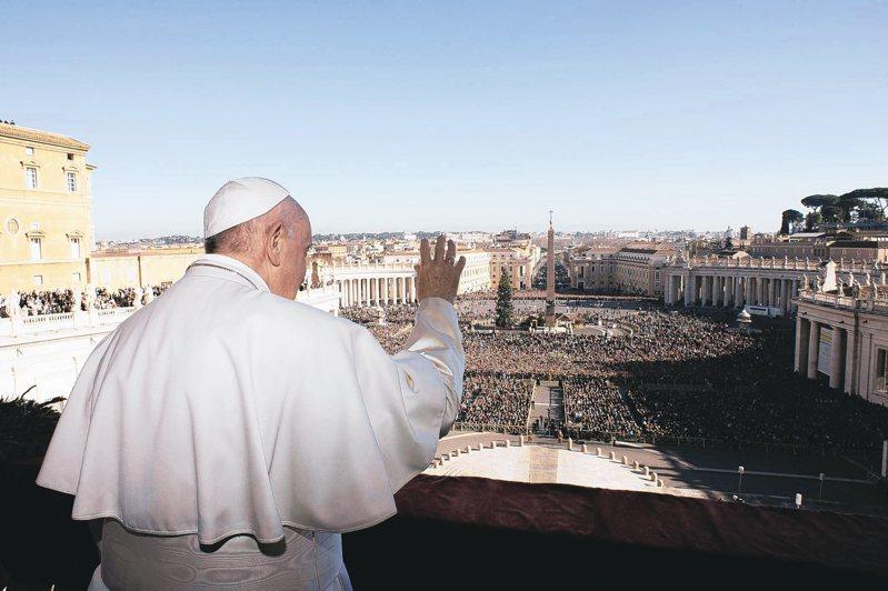 天主教教宗方濟各25日站在梵諦岡陽台上,發表耶誕文告。 歐新社