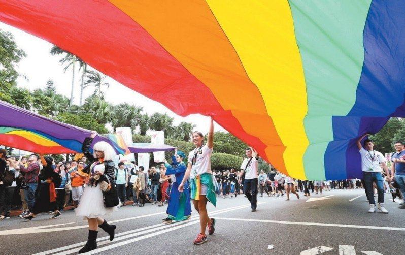 百名平權志工上街 促民眾支持跨國同婚合法