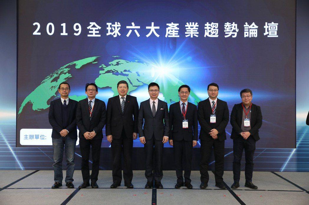 DIGITIMES研究中心總監黃建智、亞太電信營運長李振輝、中華民國對外貿易發展...