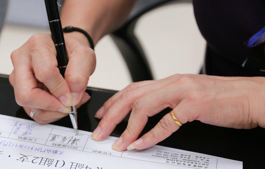 大大小小的事項都要設計課經理謝金蓮簽名畫押,以示負責。 攝影/張世雅