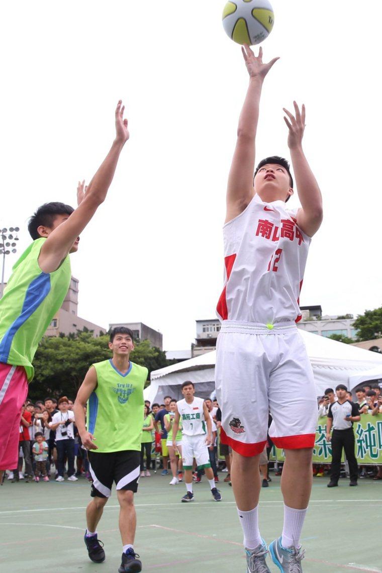 久未運動,小心傷害。男學生最常接觸籃球,需高度肌力、爆發力,容易造成運動傷害。...
