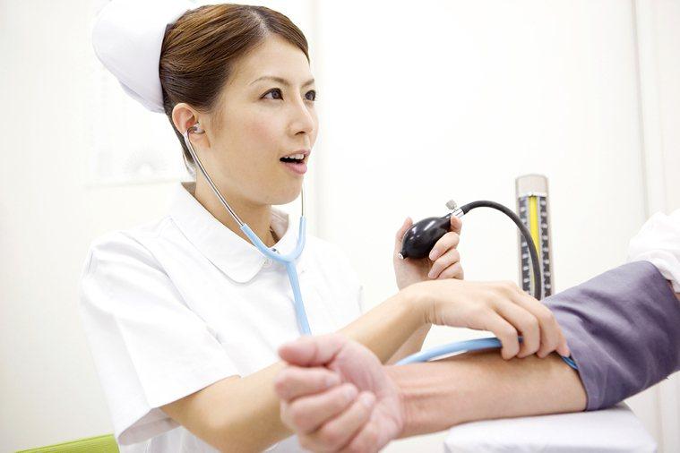 在白色巨塔裡,護理人員從養成教育開始就在最底層,當醫療團隊成員都是大學畢業、師級...