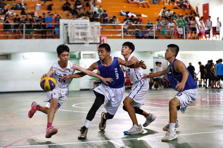 籃球,排球、羽球、騎腳踏車等運動,都需要核心及強健的股四頭肌協助。 圖/徐如宜攝...