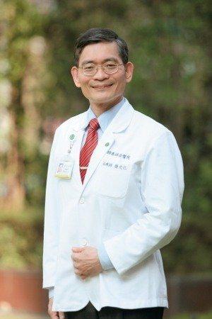 64歲的國泰醫院物理治療師簡文仁每日上班前步行虎、豹、獅、象等四獸山,走一圈約一...