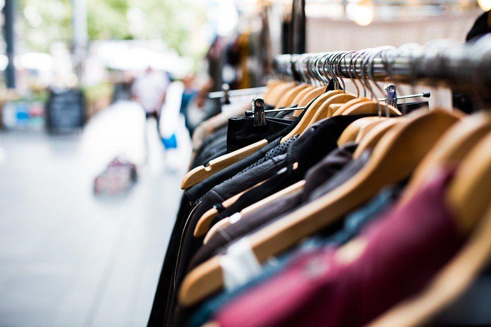妳是否和大多數人一樣,衣櫃裡累積了上萬元卻從來沒穿過的衣服。 圖/Pixabay