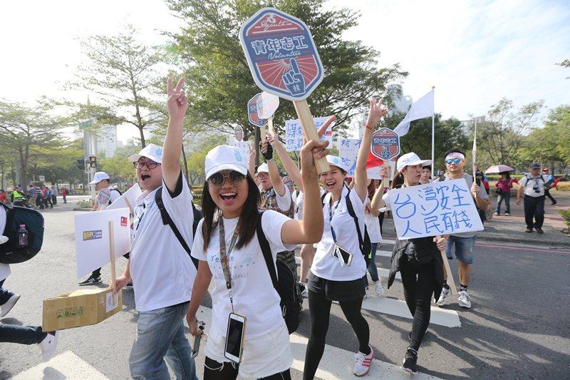 韓國瑜讓支持者產生他傾聽人民心聲、苦民所苦、與人民站在一起的印象。 圖/聯合報系資料照