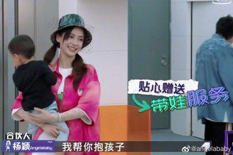 大陸女星Angelababy工作忙碌之餘,也會抽空孩子出遊。她最近帶兒子小海綿到日本北海道渡假,還被網友巧遇並分享到微博,還稱「小海綿長得很帥呢」。在曝光的照片中Baby抱著兒子笑得開心,知道有人在...