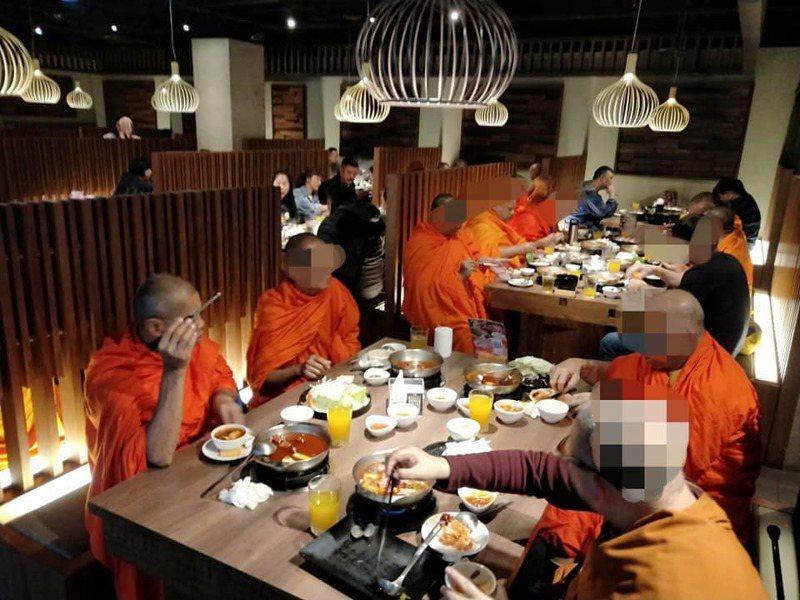 原PO表示這些僧侶到火鍋店內點了36盤豬肉、3盤牛肉、10罐酒,令他不以為然。圖擷自臉書社團「爆廢公社公開版」