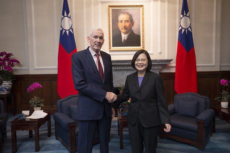 蔡英文總統於10月16日接見AIT主席莫健表示,未來兩年台灣將向美採購總值37億美元的農產品。 圖/取自總統府 Flickr