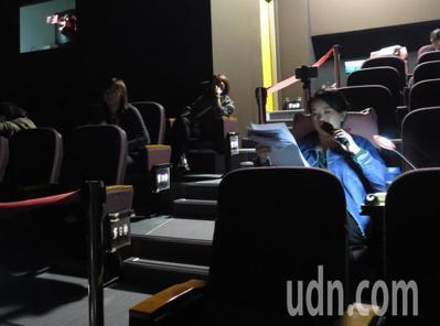 桃園市光影文化館今進行公視人生劇展「盲人阿清」公益特映場,口述老師李曉卿坐在後方...