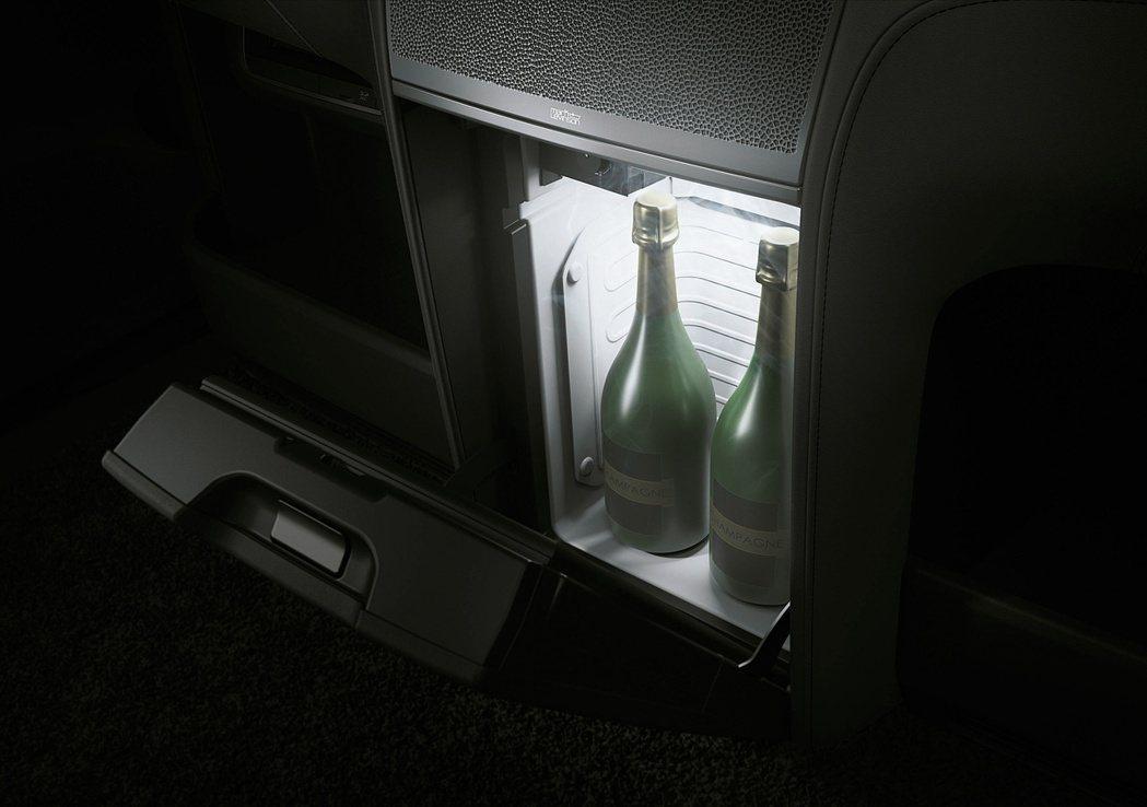 大螢幕下方還有容量達14公升的恆溫小冰箱,文件及公事包放置處,提供乘客最賓至如歸...