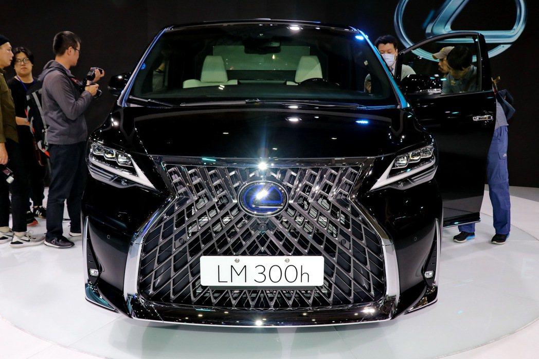 LM車頭擁有LEXUS歷年來最大的紡錘型水箱護罩。 記者陳威任/攝影