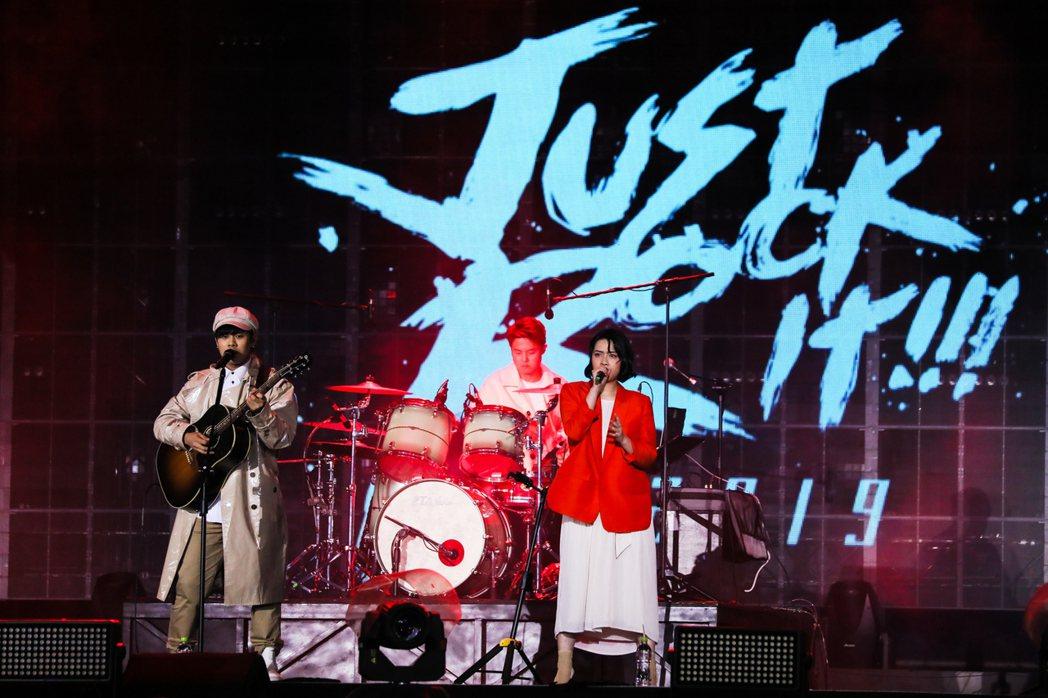 樂團「告五人」擔任五月天演唱會的開場嘉賓。圖/相信提供