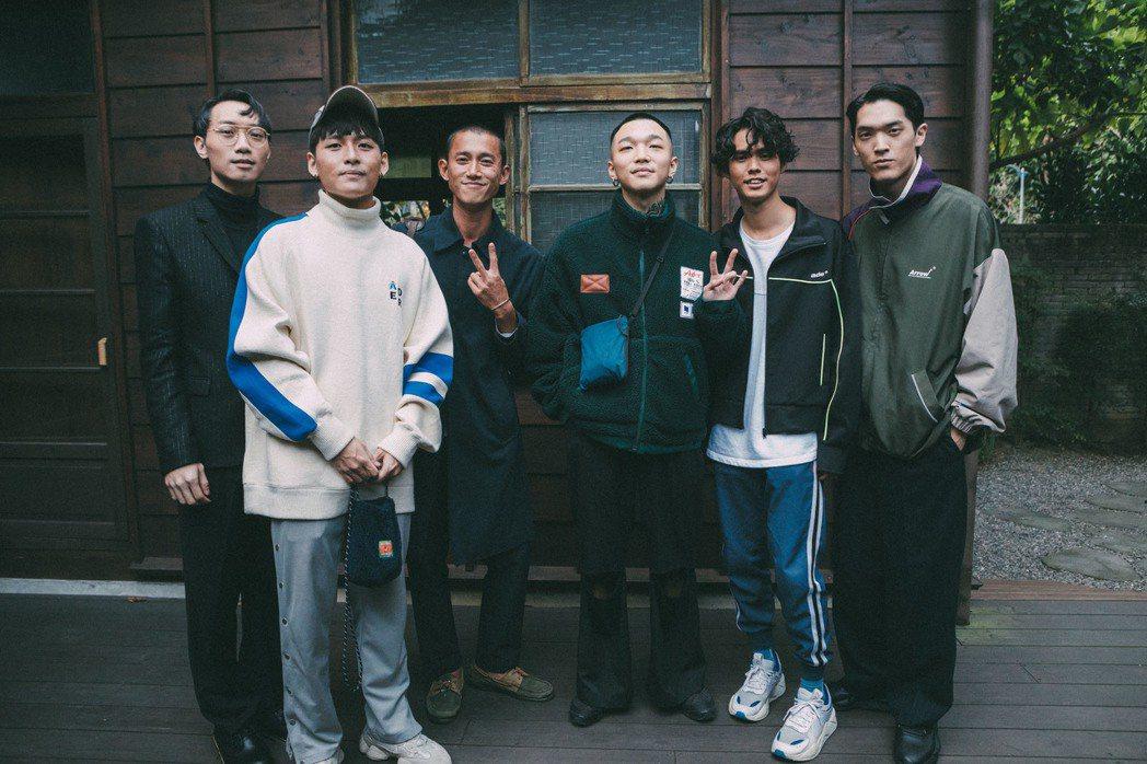 「傻子與白痴」樂團邀來吳慷仁(左三)合拍MV。圖/相知提供
