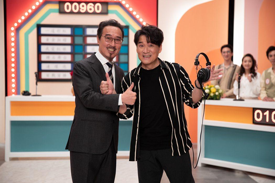 周華健(右)邀來主持人趙樹海重現「大家一起來」節目。圖/滾石提供