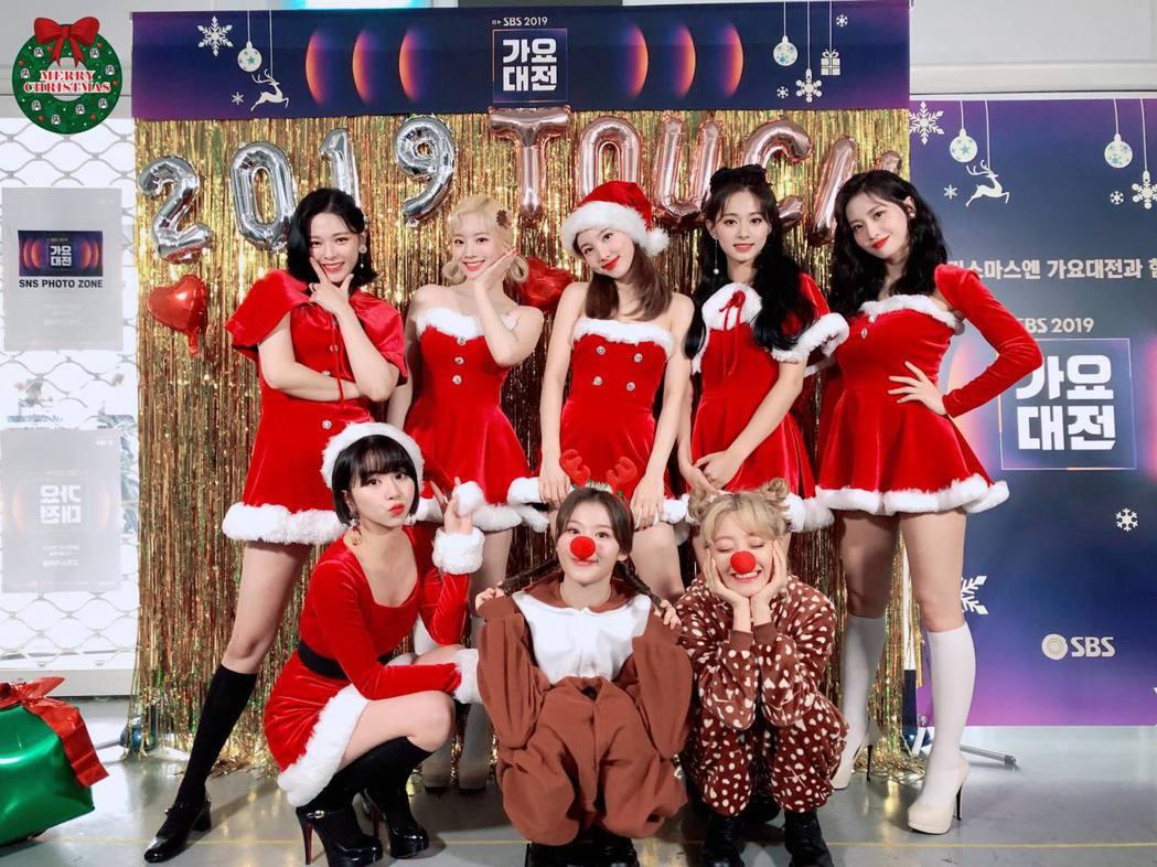 TWICE呼應耶誕佳節,換穿聖誕女郎、最美麋鹿裝步上紅毯。圖/摘自臉書