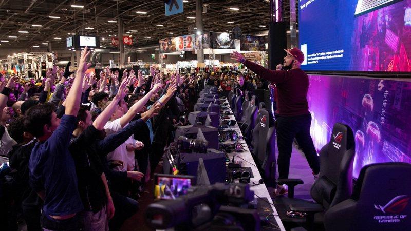 玩家熱情參與ROG今年度在巴黎電玩展的活動。 圖/華碩提供