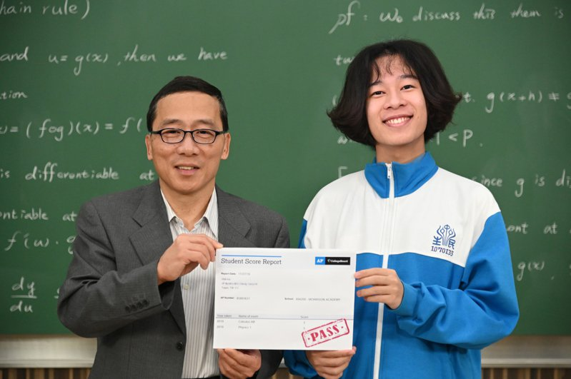 清大數學系教授顏東勇(左)線上微積分課程助自學生劉澈考取美國大學先修微積分滿分。圖/清大提供