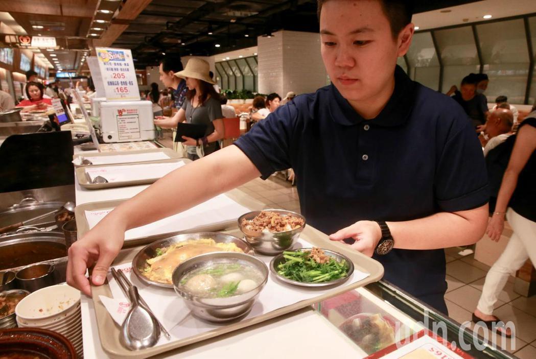 台北市率先推動百貨及量販店美食街內用者,全面禁用一次性餐具。本報資料照片